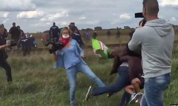 Periodista-hace-zancadilla-a-refugiados-