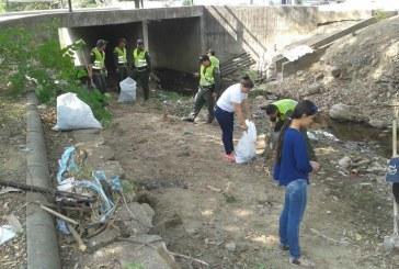 CAM participó en jornada de limpieza de la quebrada La Cabuya