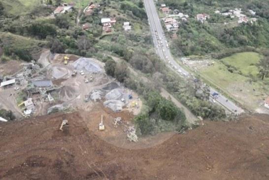 Explotación de cantera causa derrumbe en vía Medellín-Bogotá