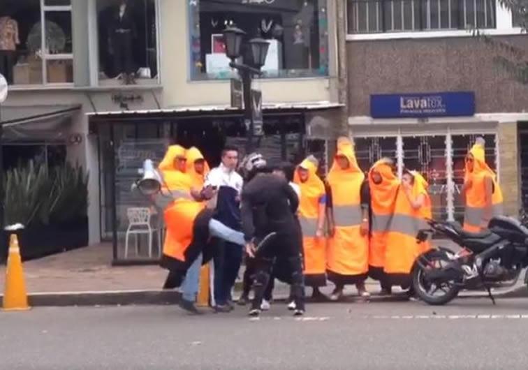 Pelea entre cono humano y un mal parqueado en Bogotá — Vídeo
