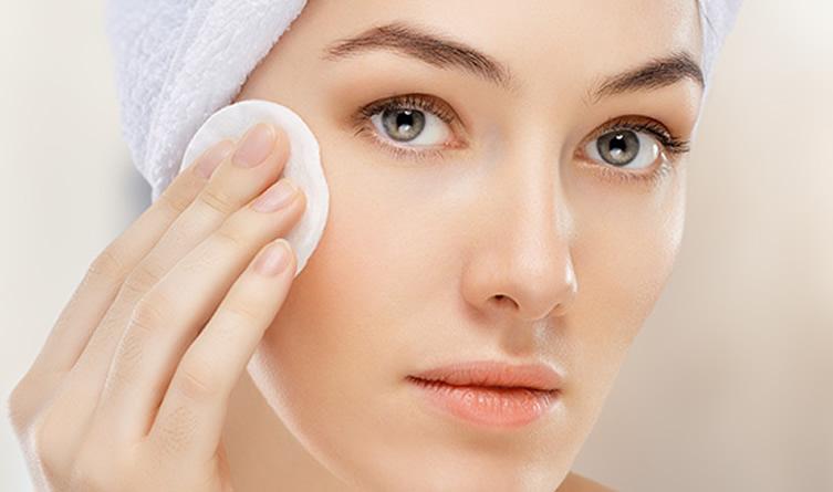 Limpiar la piel, el hábito para un rostro más sano
